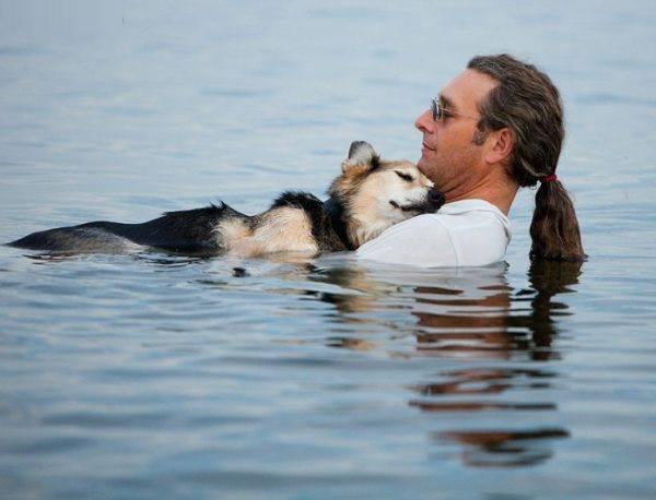 Мъж всеки ден води болното си куче в езеро, за да поспи