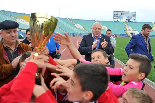 Министър Кралев награди шампиона от детския турнир по футбол 7 за Купа БФС