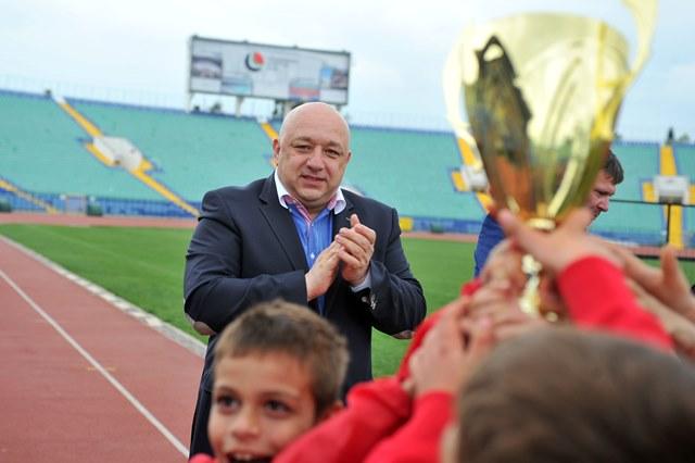 Министър Кралев награди шампиона от детския турнир по футбол