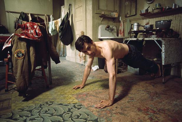 """Робърт Де Ниро прави лицеви опори на снимачната площадка на """"Шофьор на такси"""" от 1976 година."""