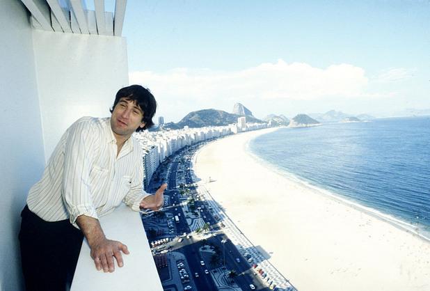 1981 на балкон с изглед към плажа в Рио де Женейро, Бразилия.
