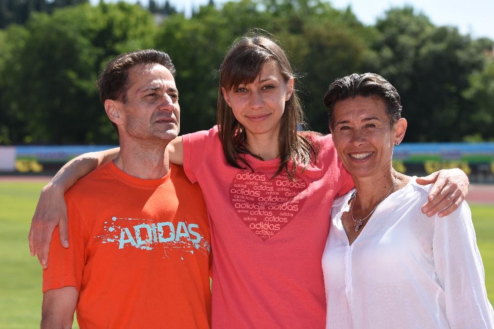 Мирела вдигна на върха на щастието семейство Демиреви.; Снимка: Тони Тончев