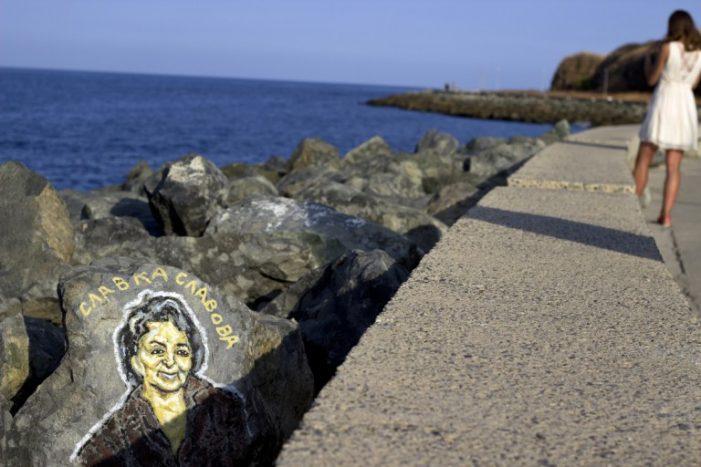 Спасител рисува известни личности по камъните на вълнолома в Приморско